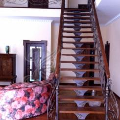 Кованая лестница с деревянными перилами ККЛ_3
