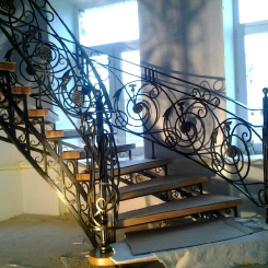 Кованая лестница с подступенками и приглашением ККЛ_20