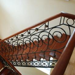 Кованая лестница с деревянными ступенями и перилами ККЛ_8