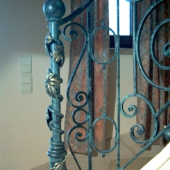 Кованый пригласительный столб для лестницы КПС_22