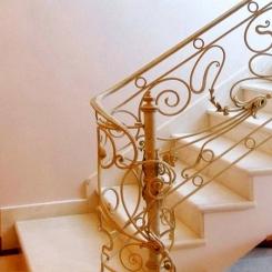 Кованый пригласительный столб для лестницы КПС_29
