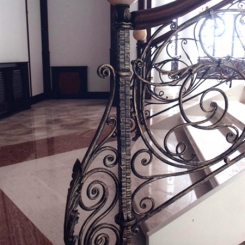Кованый пригласительный столб для лестницы КПС_42