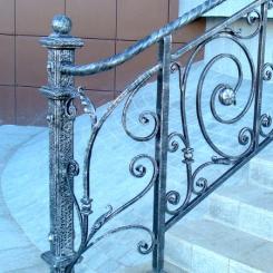 Кованый пригласительный столб для лестницы КПС_66